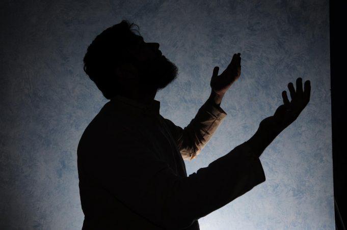 Совершение дуа (молитвы) с поднятыми руками