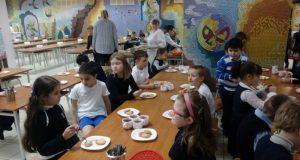 Школьников-мусульман Москвы могут начать кормить халялем
