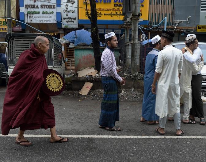 Мусульманин встал у буддийского храма в Мьянме – чем это закончилось