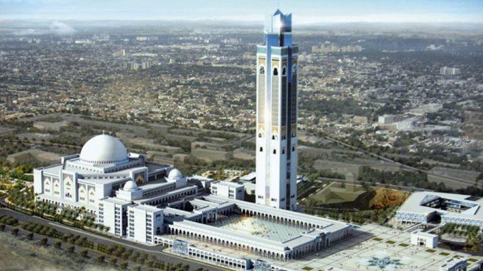 В самой высокой мечети мира прошло первое богослужение
