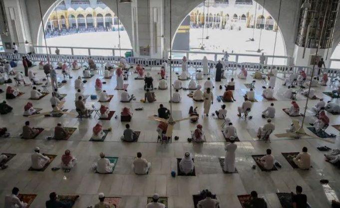 В главной мечети ислама возобновился пятничный намаз